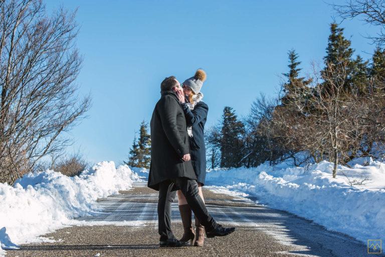 photographe séance photo couple Amédézal amoureux dans la neige