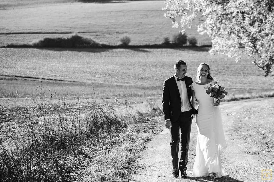 Photographe mariage haut de gamme Amédézal couple balade romantique