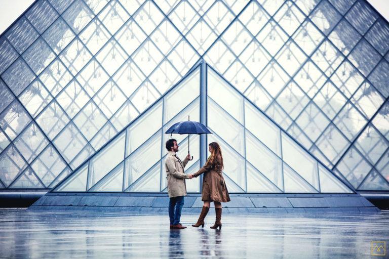 séance photo couple Amédézal Louvre couple amoureux sous la pluie